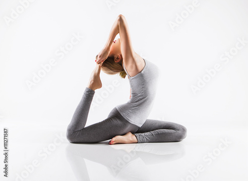 Keuken foto achterwand School de yoga Pretty sporty blonde in doing yoga on white background