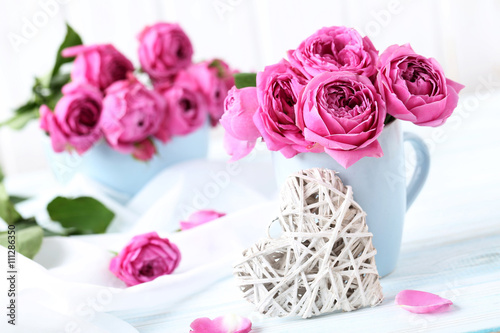 Pinturas sobre lienzo  Beautiful pink roses on a white wooden table