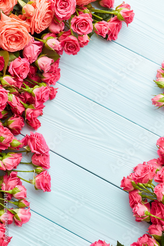 Plagát  Roses on wooden background