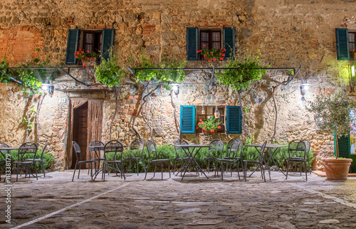 Poster Toscane Walls of old house in Tuscany town Monterigioni (Italy)