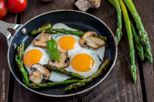 Foto op Aluminium Gebakken Eieren Fried Eggs With Asparagus And Mushrooms