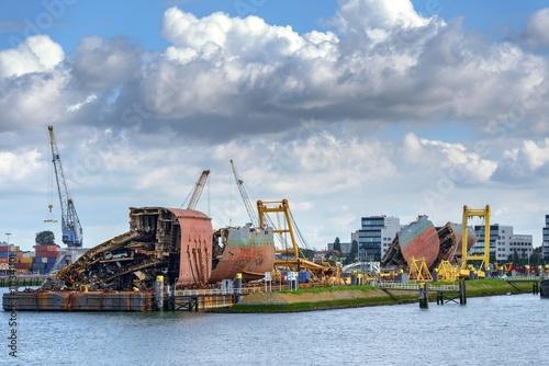 Photo Stands Ship Shipwreck ad shipyard