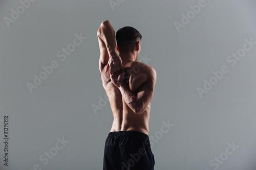 Fotografía  Hombre de la aptitud que estira las manos