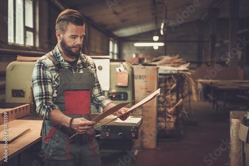 Fotomural  Carpenter doing his job in carpentry workshop.