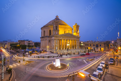 Foto auf AluDibond Bahnhof Beautiful Mosta Dome at blue hour with traffic - Malta