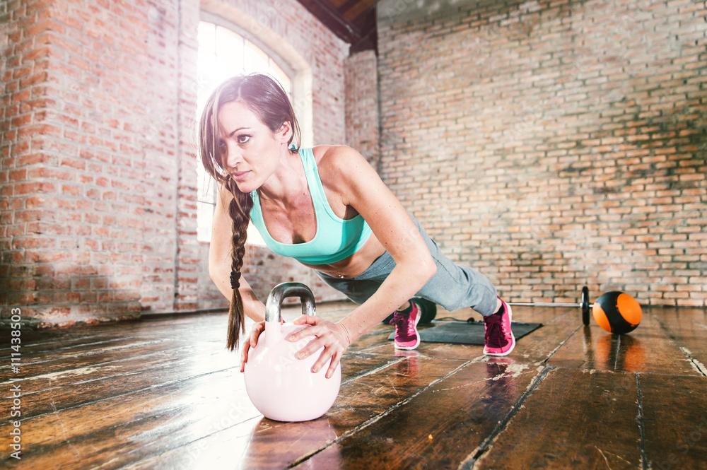 Frau hart trainiert mit Push-up-Übung in ihrem Fitness-Studio Poster ...