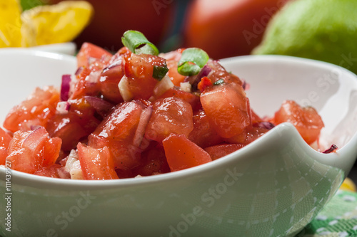 Fotografia  Bowl of fresh salsa with tortilla chips
