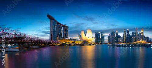 Tuinposter Singapore Singapore skyline, marina bay at dusk
