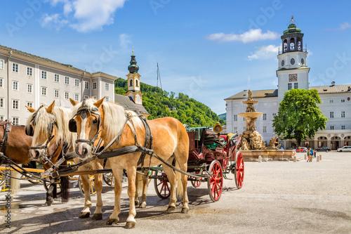 Fototapeta premium Bryczki konne na Residenzplatz, Salzburg Stadt, Austria