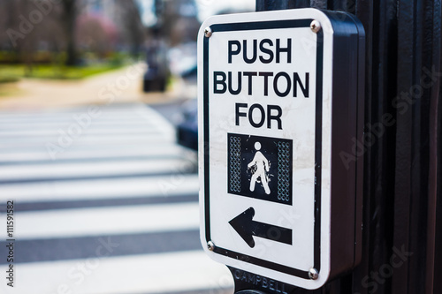 Valokuva Push button to cross road crosswalk sign