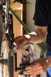 Mann putzt und repariert Kette seines Rades