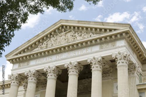 Ancien palais de justice avec des colonnes Fototapet