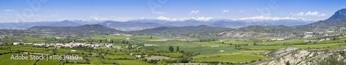 Panorámica del pueblo de Bailo en Huesca y su fantástico entorno con el Pirineo nevado como telón de fondo