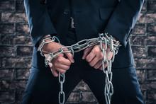 鉄の鎖,スーツの男性