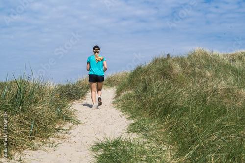 Spoed Foto op Canvas Noordzee Lauf durch die Dünenlandschaft