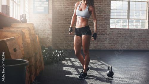 Mięśniowa kobiety pozycja w crossfit gym