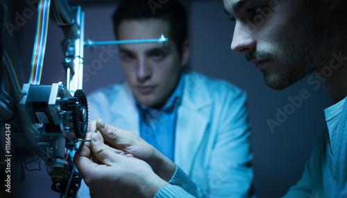 Plakat Zespół inżynierów pracujących nad drukarką 3D