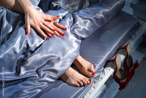 Photographie  Elle prend soin de ses ongles
