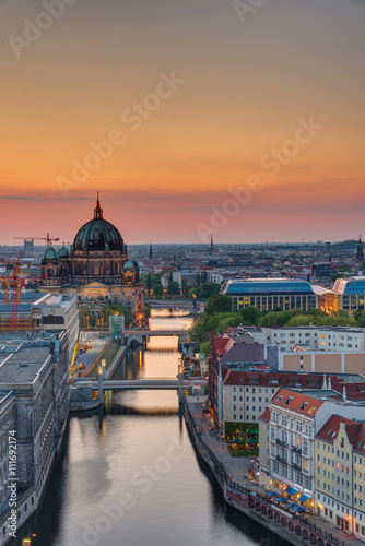 Poster Berlijn The Spree river in Berlin with the cathedral at sunset