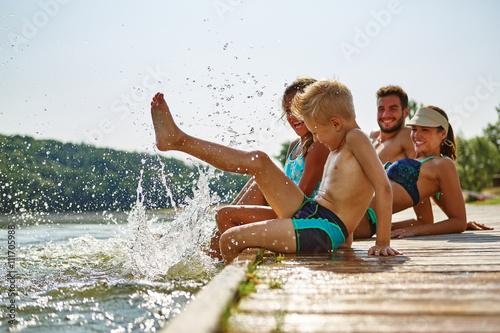 Fotomural Familie und Kinder plantschen im Wasser
