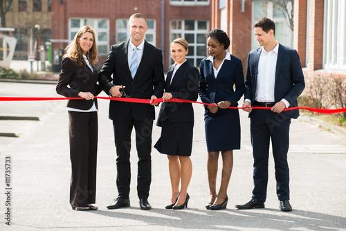 Fotografia  Businesspeople Cutting Ribbon