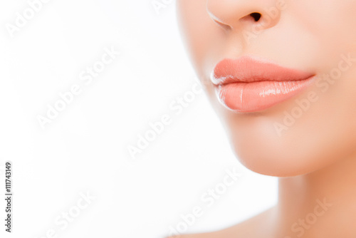 Photographie  Lèvres de femme Close-up avec maquillage naturel sur fond blanc
