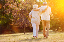 Zwei Senioren Gehen Spazieren ...