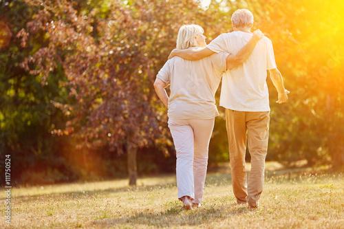 Photo  Zwei Senioren gehen spazieren im Sommer