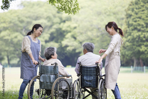 Valokuva  車椅子の夫婦とヘルパー