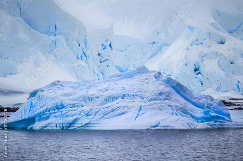 Papiers peints Arctique multiple icebergs from the antarctic
