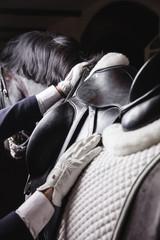 Dżokej przygotowuje konia do jazdy