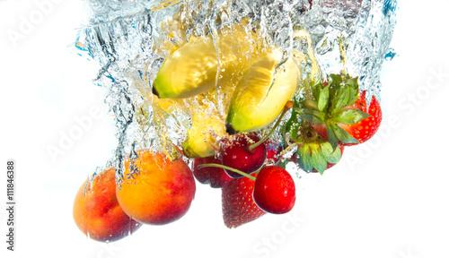 smaczne-owoce-wpadajace-do-wody-na-bialym-tle