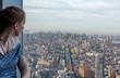 Junge Frau blickt über Manhattan, New York
