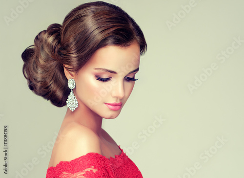 Cadres-photo bureau Salon de coiffure Beautiful model with elegant hairstyle . Beautiful woman with fashion wedding hairstyle with trend makeup .