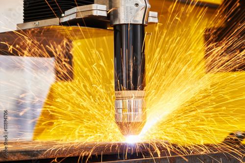 Fotografía  Plasma o corte por láser de corte de metal chispas