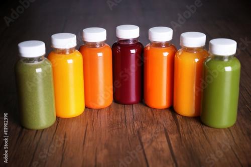 Photo  Detox drink in bottles on wooden background