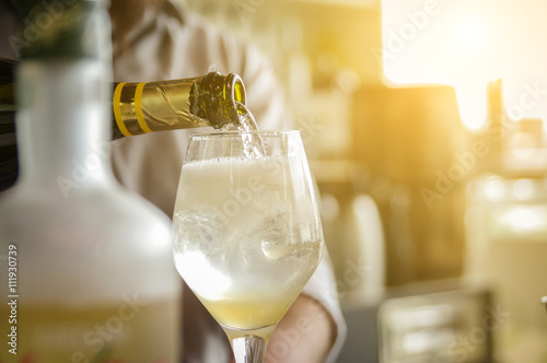 Photo  Bartender pouring champagne into glass