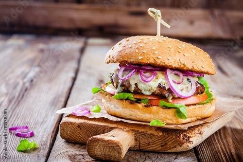 domowy-burger-z-kotletem-wolowym-jablkiem-salata-cebula-i-serem-plesniowym