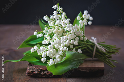 In de dag Lelietje van dalen Bouquet of Lily of the valley flowers, selective focus, toned image