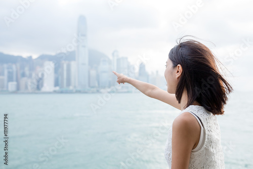Photo  Woman looking far away in the Victoria harbor