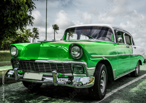 HDR Amerykański zielony klasyczny samochód na Kubie w Hawanie - seria 2