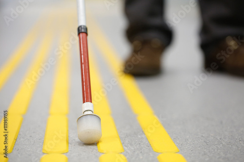 Photo Blind pedestrian walking on tactile paving