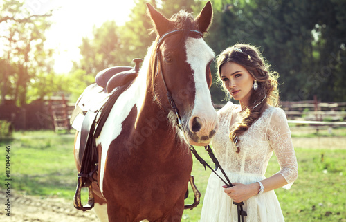 Photo  Beautiful glamour woman with a horse