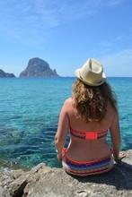 Femme De 35 Ans, En Maillot De Bain Avec Chapeau, Cala D'Hort Ibiza, Baléares