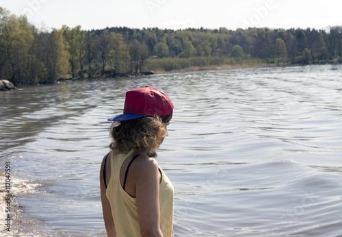 Photo  En tjej som ser ut över vattnet