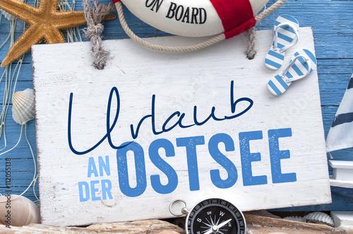 Urlaub an der Ostsee, Nordsee, Meer mit maritimer Dekoration auf blauen Holzhintergrund