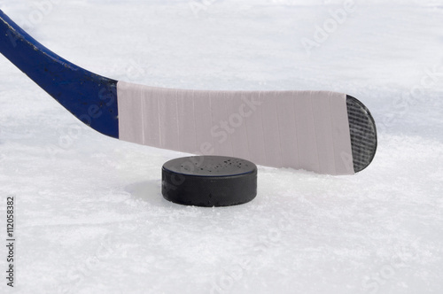 Fotografia ice hockey stick with white tape and puck