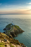 South Stack Latarnia morska na skalistej wyspie w północnej Walii w słoneczny letni wieczór. - 112066198