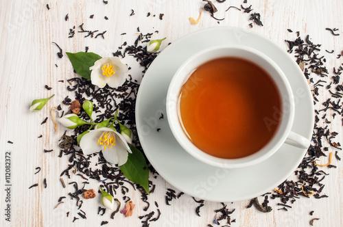 herbata-jasminowa-z-jasminowym-kwiatem-i-sucha-herbata