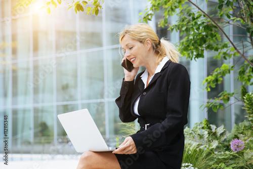 Fotografía  Businesswoman networking in financial district